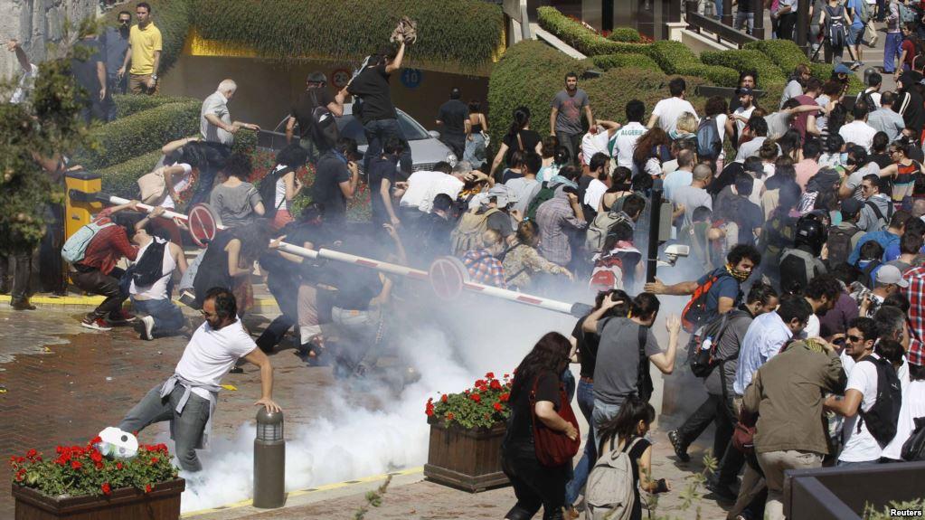 Vodeni topovi tokom sukoba Kurda i policije u Turskoj