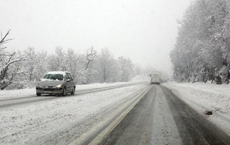 Potreban oprez u vožnji zbog snega i poledice