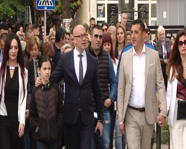 U centru Mitrovice se okupljaju građani da proslave pobedu