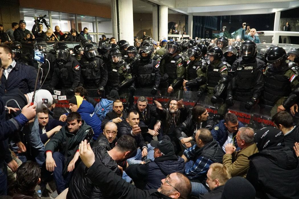 Policija izvela demonstrante iz RTS-a