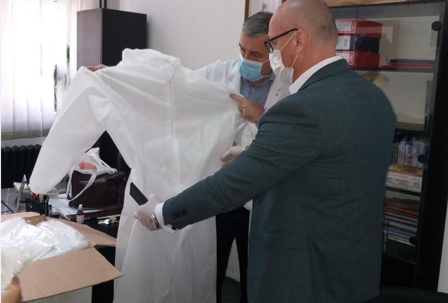 Isporučeni zaštitni skafanderi radnicima KBC Kosovska Mitrovica, donacija lokalne samouprave