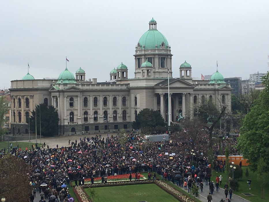 Počeo protest, najavljena i šetnja do vlade