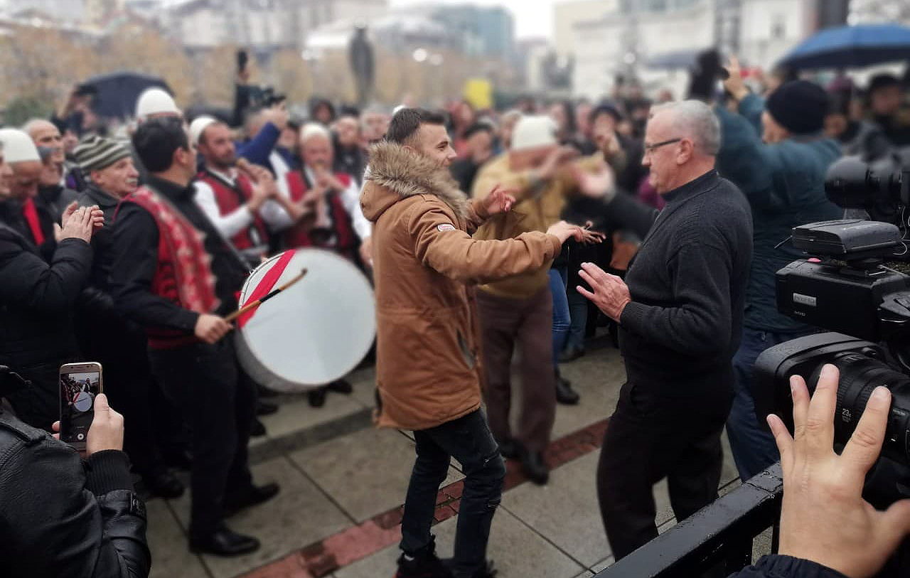 Ispred parlamenta u PR se slavi uz albansku muziku