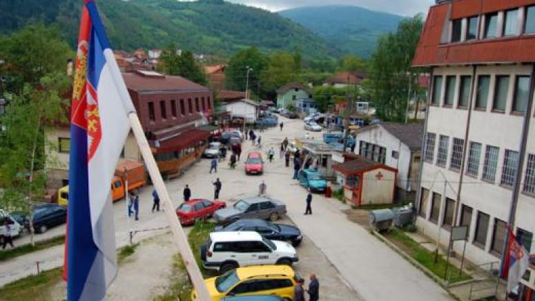 Sklonjena zastava Srbije i krst sa spomenika na Brezovici