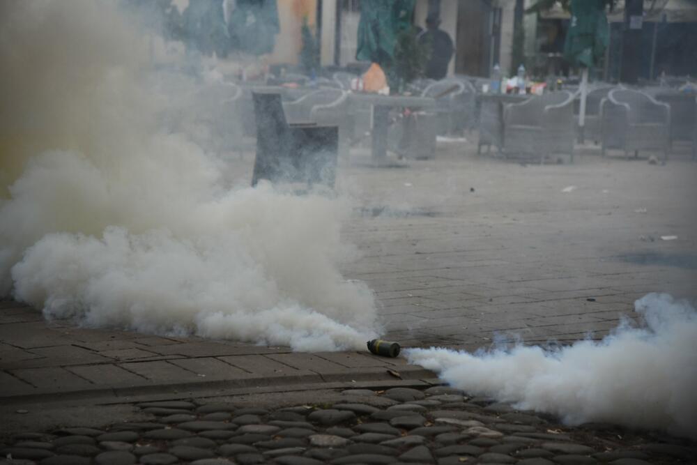 Sukobi demonstranata i policije, bačeno više suzavaca u centru Cetinja