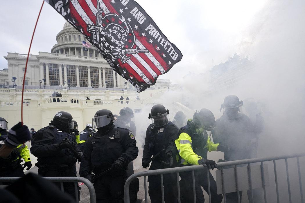 Demonstranti ušli u Kongres, u toku evakuacija članova Predstavničkog doma i Senata, upucana žena (foto)