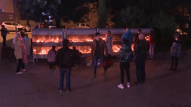 Ispred Hrama građani palili sveće povodom smrti Amfilohija