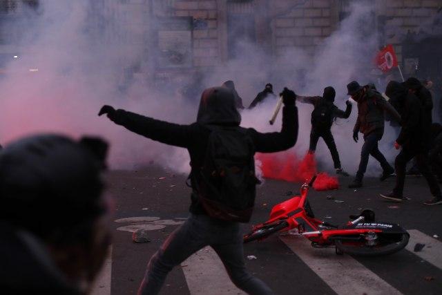Pariz u haosu: Štrajk sindikata izmakao kontroli, policija ispalila suzavac, grad blokiran