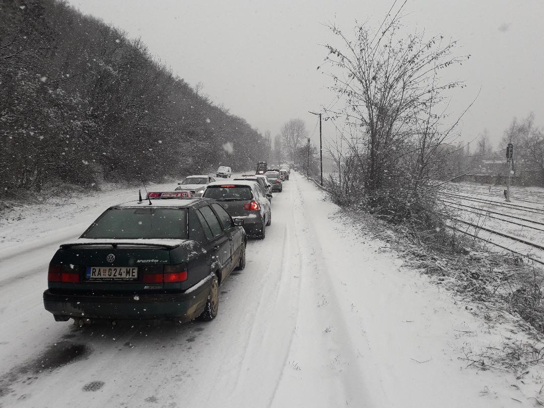 Veoma otežan saobraćaj na putu Kosovska Mitrovica – Zvečan zbog snega na kolovozu