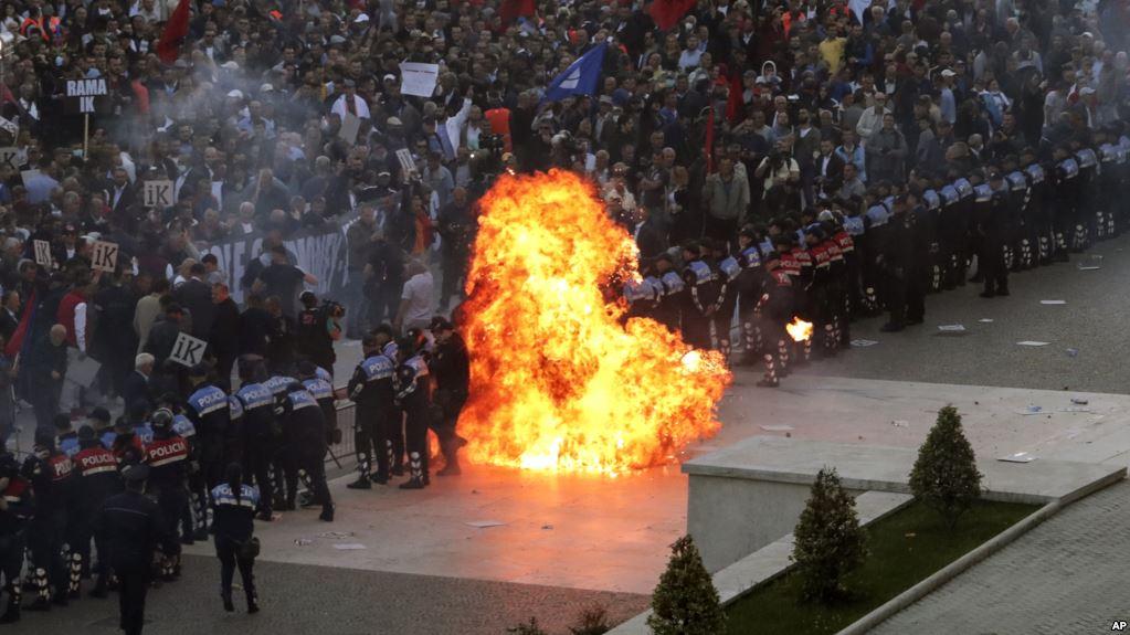 Tirana: Demonstranti bacali Molotovljeve koktele na policju