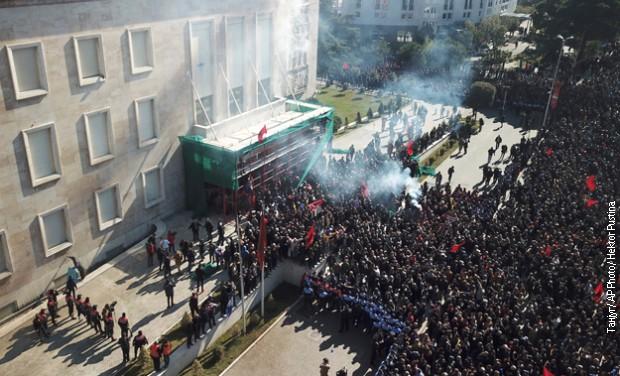 Protesti u Albaniji, bačene petarde i molotovljevi kokteli