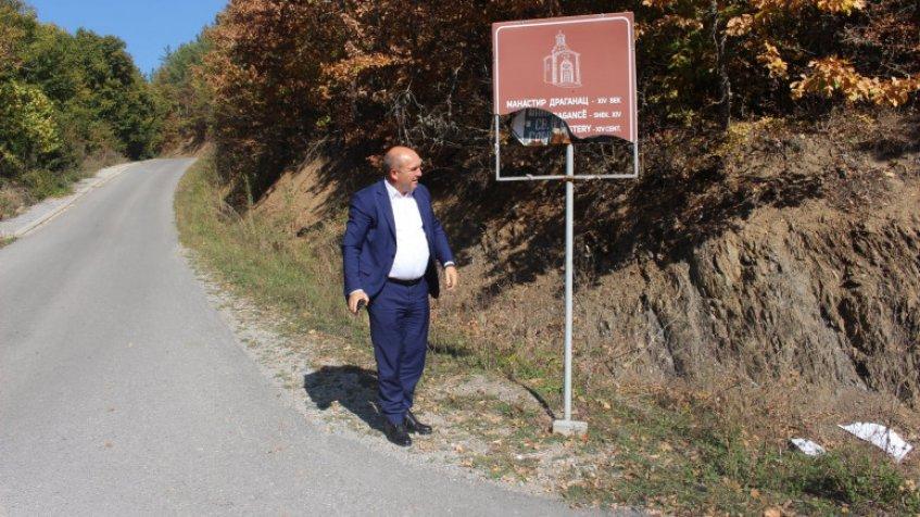 Uništena tabla na prilazu manastiru Draganac