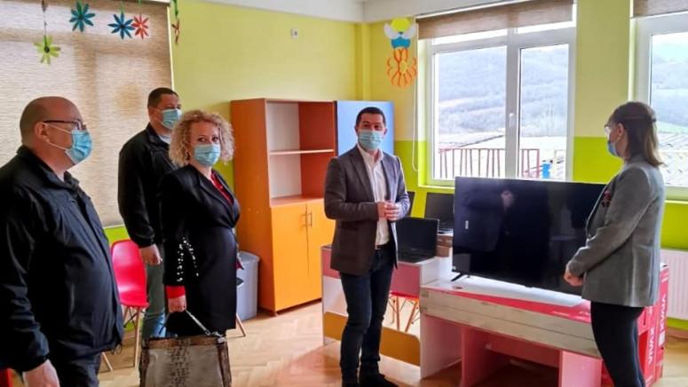 Todić uručio računarsku opremu i televizore predškolskoj ustanovi u Lešku