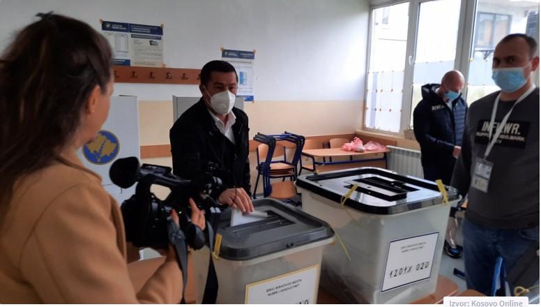 Todić i Simić glasali u Tehničkoj školi u Leposaviću