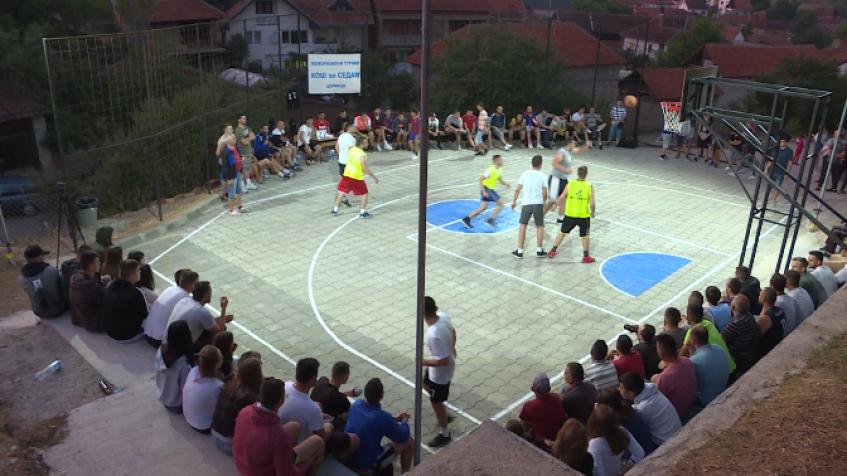 U toku turnir u basketu posvećen Milošu Petroviću iz Cernice (video)