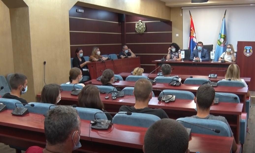 U Leposaviću uručena 22 ugovora o radnom angažovanju (foto)