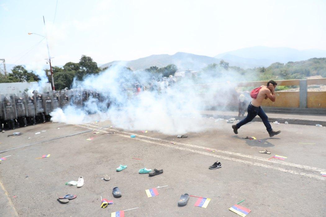 Građani Venecuele probili barikade na granici s Kolumbijom