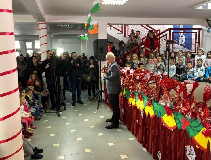 Vesić deci u Leposaviću podelio paketiće