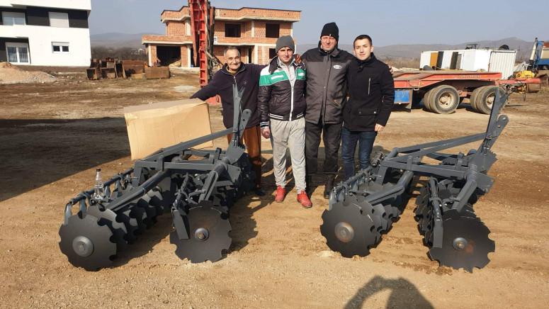 Član PO Opštine Vitina uručio poljoprivrednu mehanizaciju poljoprivrednicima