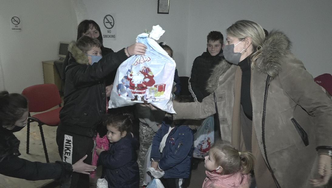 Roditelji dece u Klini i Goraždevcu zahvalni Kancelariji za KiM za poklon paketiće