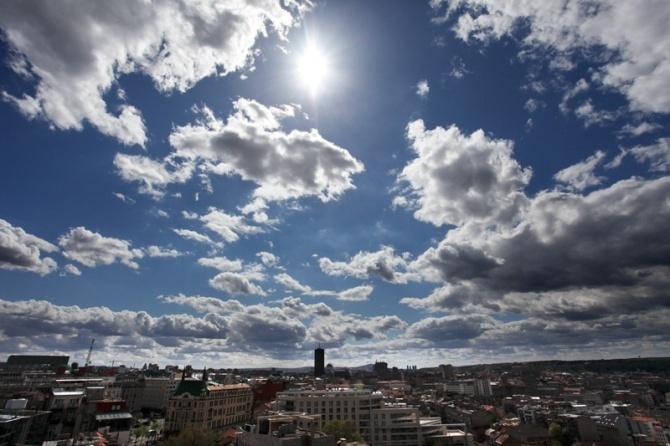 Danas umereno oblačno, posle podne ponegde kiša