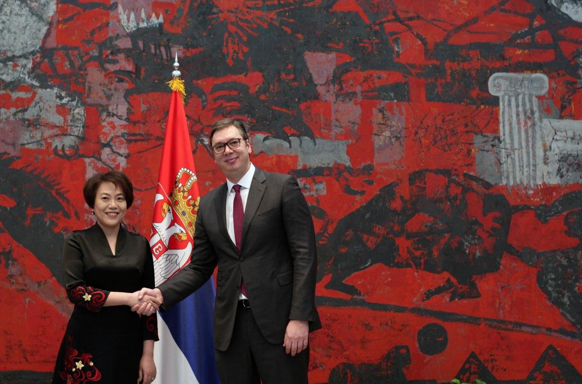 Vučić i ambasadorka Čen Bo danas s kineskim lekarima