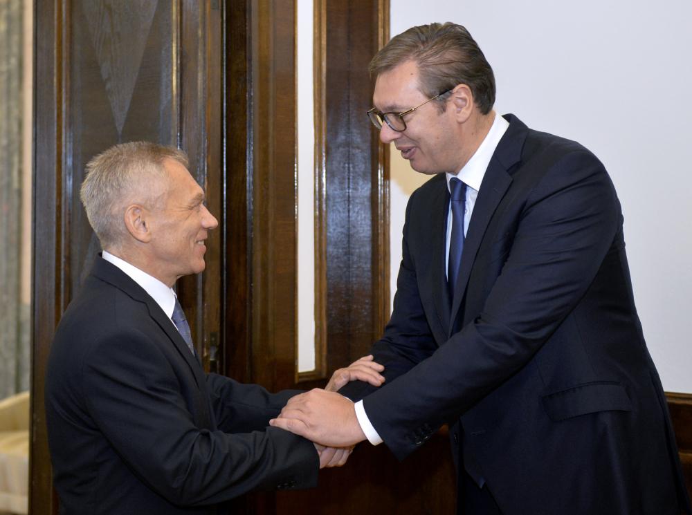 Vučić predao ambasadoru čestitku za Putina