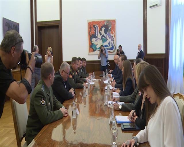 Vučić s ministrom odbrane Belorusije uoči posete Lukašenku