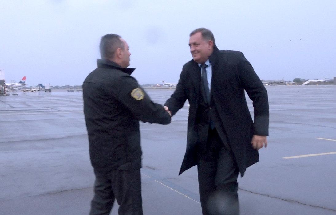 Vulin dočekao Dodika na beogradskom aerodromu