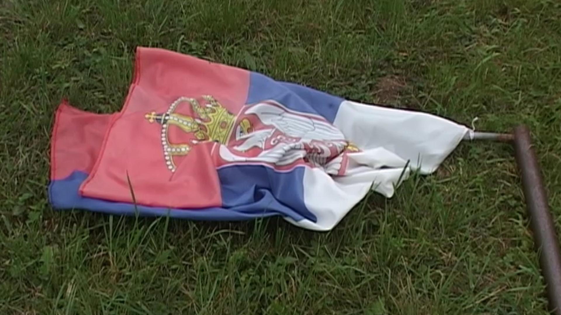 Sa spomenika u Rakanovcu skinuta srpska trobojka
